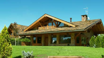 La casa de montaña y amplios porches: Casas de estilo rural de Manuel Monroy, arquitecto