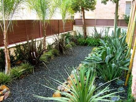 Tiana: Jardines de estilo moderno de Simbiosi Estudi de Paisatgisme