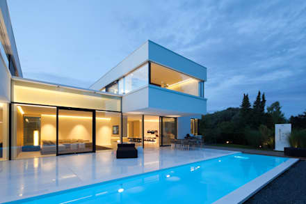 Villa Germany: moderner Pool von HI-MACS®