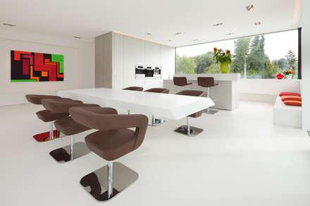 Villa Germany: moderne Esszimmer von HI-MACS®