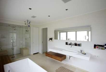 Designhous Herdecke: skandinavische Badezimmer von HAACKE Innenarchitekten & Designer