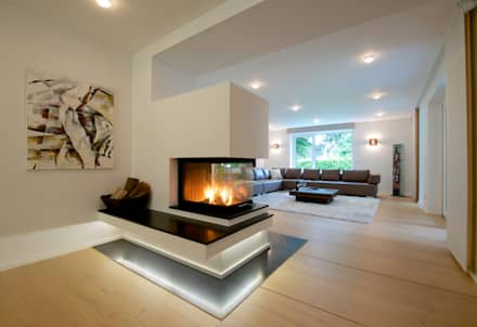 Wohnbereich Mit Kamin: Moderne Wohnzimmer Von GRID Architektur + Design
