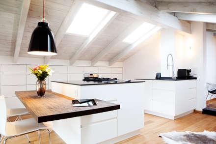 Dachausbau: rustikale Schlafzimmer von BESPOKE GmbH // Interior Design & Production