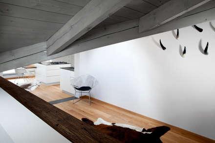 Dachausbau: rustikale Küche von BESPOKE GmbH // Interior Design & Production