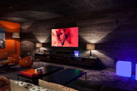 Tv & play room: Salas multimedia de estilo moderno de Originals Interiors