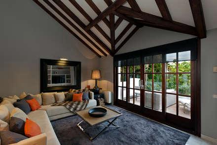 Villa Marbella Club: Salones de estilo rural de Originals Interiors
