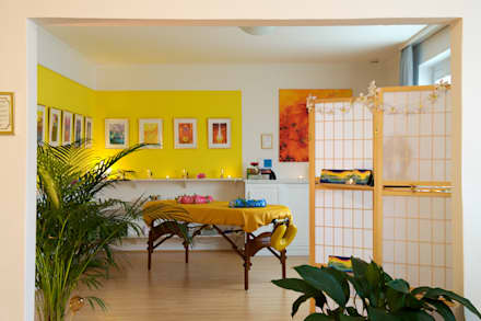 Cucina in stile in stile Tropicale di INTERIORDESIGN - Jedes Geschäft braucht ein Gesicht. Jede Wohnung eine Seele