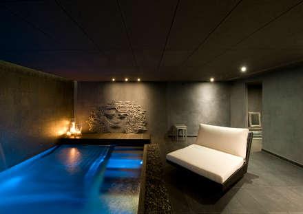 Villa de 1.200m2 en Barcelona: Piscinas de estilo ecléctico de Sara Folch Interior Designer