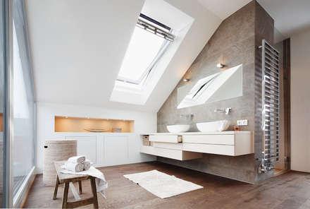 Dachaufstockung eines Einfamilienhauses: moderne Badezimmer von WSM ARCHITEKTEN