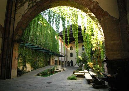 cortile: Giardino in stile In stile Country di Comoglio Architetti