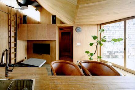 ROOF/M: eu建築設計が手掛けたリビングです。