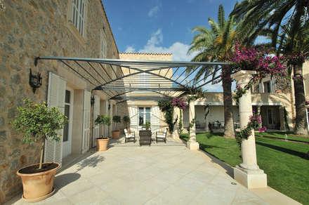 Pergola: Casas de estilo mediterráneo de Fincas Cassiopea Group