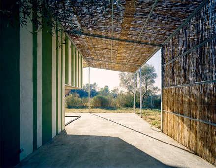 Porche Casa en Gaüses: Jardines de estilo mediterráneo de Anna & Eugeni Bach
