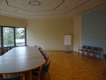 Pusat Konferensi by INTERIORDESIGN - Jedes Geschäft braucht ein Gesicht. Jede Wohnung eine Seele