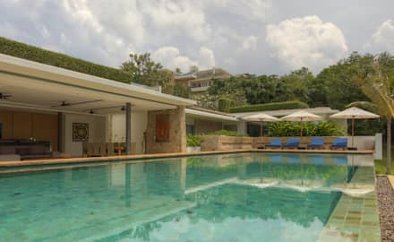 Pool side low angle: asian Pool by Alissa Ugolini - homify UK