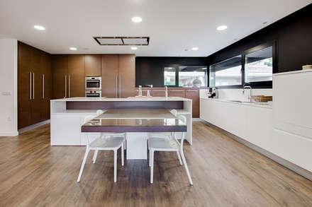 Cocina office con isla diseñada por Chiralt Arquitectos - Casa Gerard - Chiralt Arquitectos : Cocinas de estilo minimalista de Chiralt Arquitectos