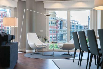 Vivienda en Plaza Euskadi Nº9, Bilbao. : Salones de estilo moderno de URBANA 15