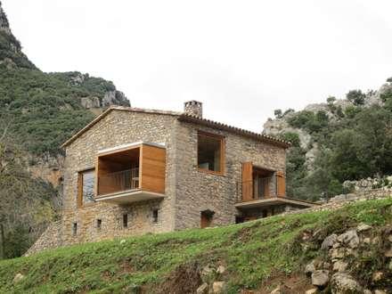 poner título nuevo aqui : Casas de estilo rural de Arcadi Pla i Masmiquel Arquitecte
