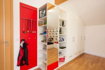 Jugendzimmer in FCN-Farben : moderne Kinderzimmer von tRÄUME - Ideen Raum geben