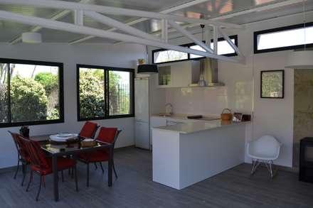 UN ESPACIO PARA DISFRUTAR: Jardines de estilo escandinavo de MIMESIS INTERIORISMO SL