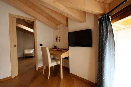 Casa Pinè: Studio in stile in stile Rustico di Cubisoft
