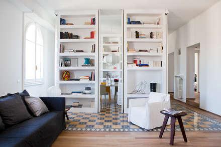 Renovation of an apartment placed in Parioli-Pinciano neighbourhood in Rome.: Soggiorno in stile in stile Moderno di Studio Cassiani