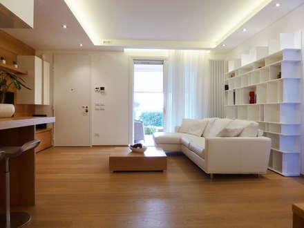 Soggiorno e ingresso: Soggiorno in stile in stile Moderno di Studio Massimo Rinaldo architetto