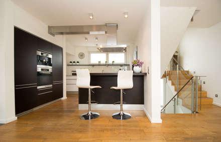 Küche: moderne Küche von Luna Homestaging