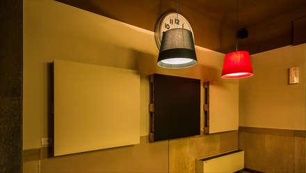 """CIRCOLO COOPERATIVA """"THE FAMILY"""" dal 1900: Sala multimediale in stile  di davide pavanello _ spazi forme segni visioni"""