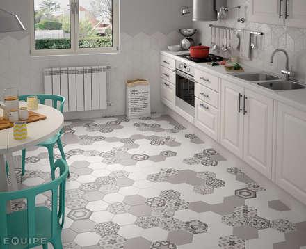 Hexatile Blanco Mate, Gris Mate, Harmony B&W 17,5x20: Cocinas de estilo moderno de Equipe Ceramicas