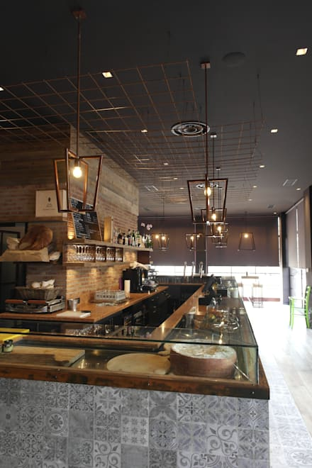 SCUDERLANDO 121 wine bar restaurant: Bar & Club in stile  di CARLO CHIAPPANI  interior designer