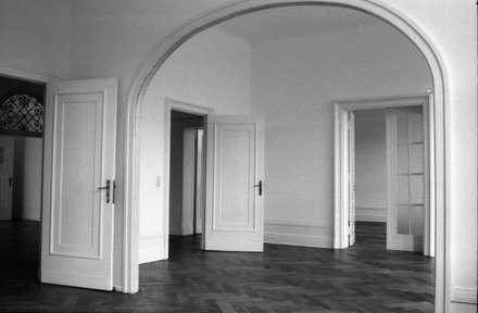 Wohnraum: koloniale Wohnzimmer von Gabriele Riesner Architektin