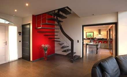 Escalier suspendu 2/4 tournant: Couloir et hall d'entrée de style  par ASCENSO