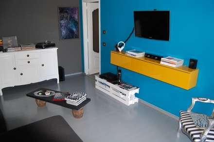 arredamento  low cost: Sala multimediale in stile  di Inarte Progetti di Lucio Mana