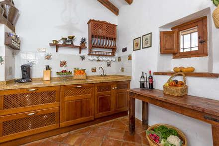 rustic kitchen: Cocinas de estilo rústico de Espacios y Luz Fotografía