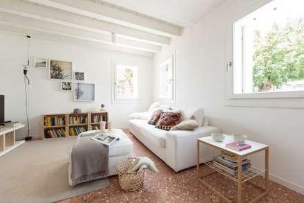 House PB: Soggiorno in stile in stile Moderno di Didonè Comacchio Architects