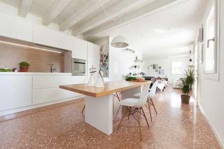 House PB: Cucina in stile in stile Moderno di Didonè Comacchio Architects