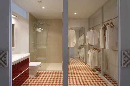 modern Dressing room by Lara Pujol  |  Interiorismo & Proyectos de diseño