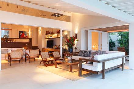 Casa Angra I: Salas de estar campestres por Escala Arquitetura