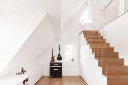Offener Arbeitsplatz im Obergeschoss: moderne Arbeitszimmer von wukowojac architekten
