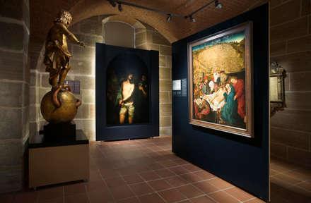 Museen der Stadt Nürnberg - Tucherschloss : klassischer Multimedia-Raum von Marius Schreyer Design