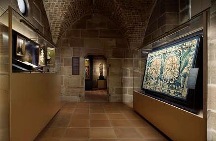 Museen der Stadt Nürberg - Tucherschloss: klassischer Multimedia-Raum von Marius Schreyer Design