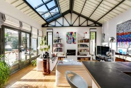 Maison: Salon de style de style Industriel par Meero