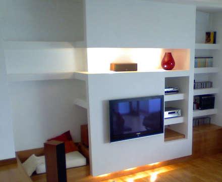 Casa m+l: Soggiorno in stile in stile Mediterraneo di Laura Marini Architetto