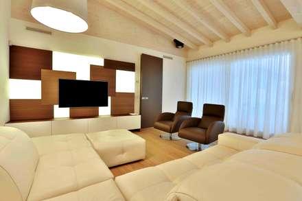 Villa in legno: Soggiorno in stile in stile Classico di Marlegno