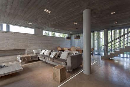 CASA HARAS: Livings de estilo moderno por ESTUDIO GEYA