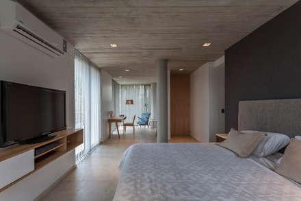 CASA HARAS: Dormitorios de estilo moderno por ESTUDIO GEYA