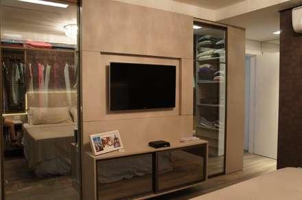 Closets individuais Suíte Master: Closets modernos por Triple Arquitetura