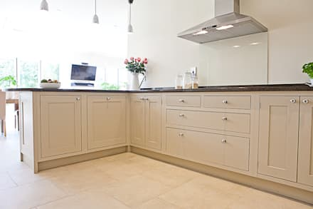 Shaker kitchen: country Kitchen by Maple & Gray