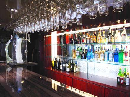 海に浮かぶレストラン: ユミラ建築設計室が手掛けたワインセラーです。